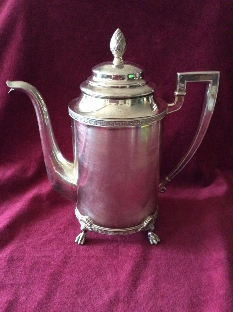Кофейник Викторианской эпохи,глубокое серебрение  Ножки  в виде лапок грифона.