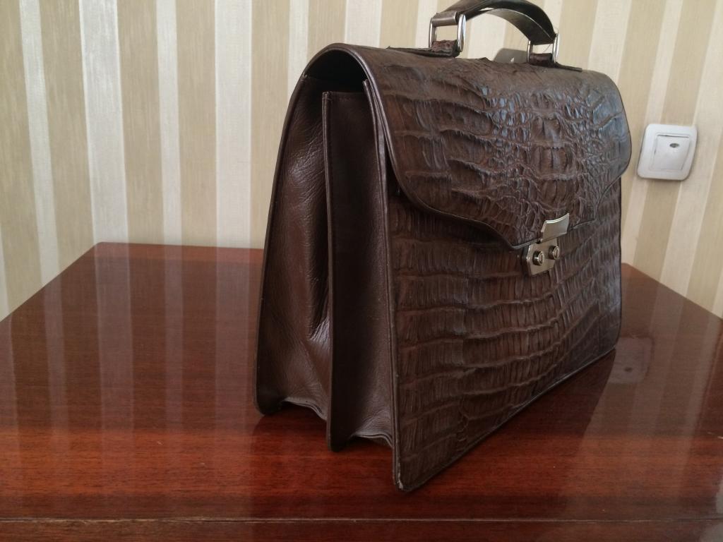 Новый портфель из кожи крокодила. Ручка с серебрянной пластиной
