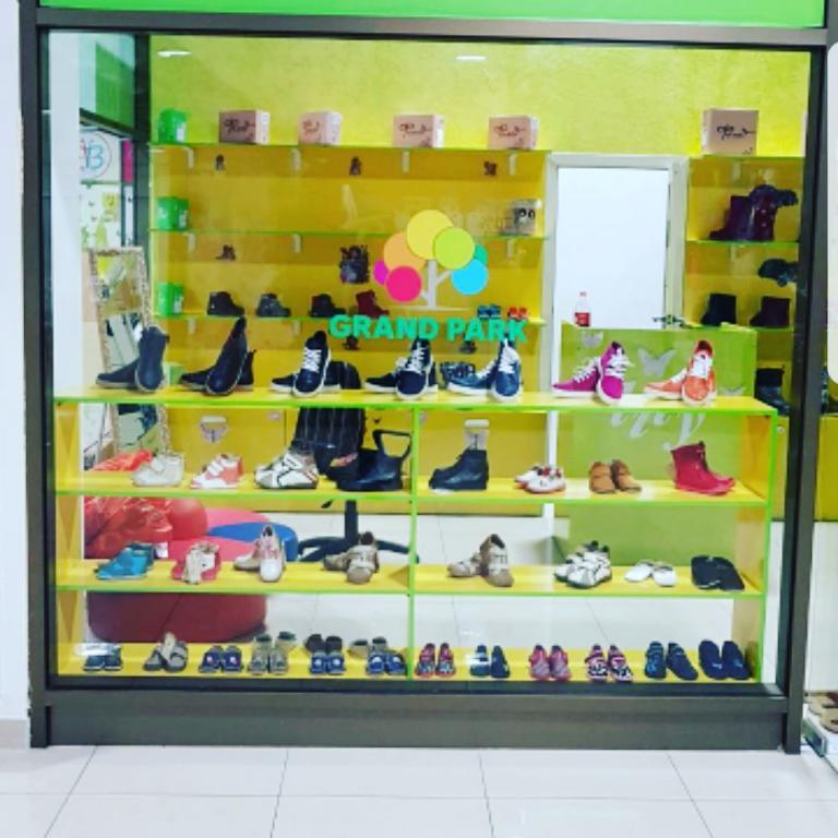 Продам мебель для детской обуви , освободим место Гранд парк