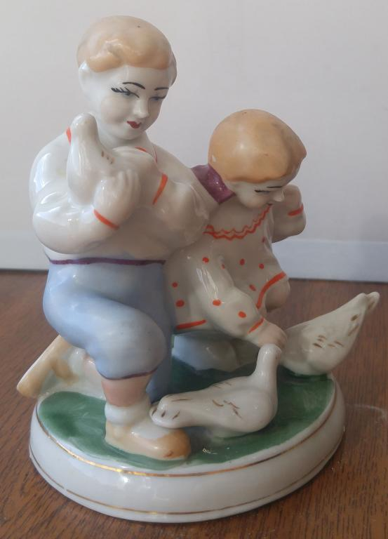 """Фарфоровая статуэтка """"Дети кормят голубей"""""""