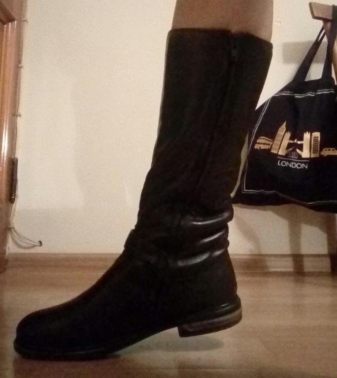 Зимние кожаные сапоги черного цвета