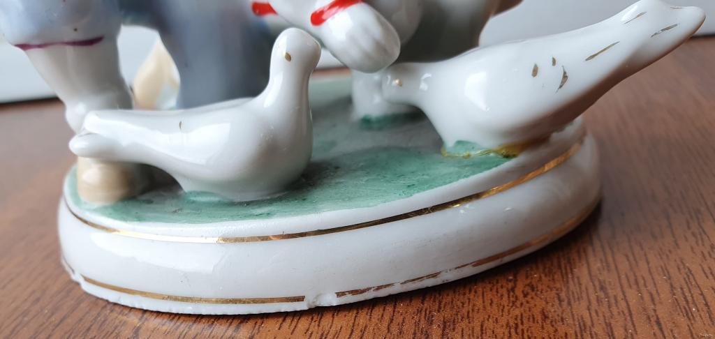 Статуэтка Дети кормят голубей
